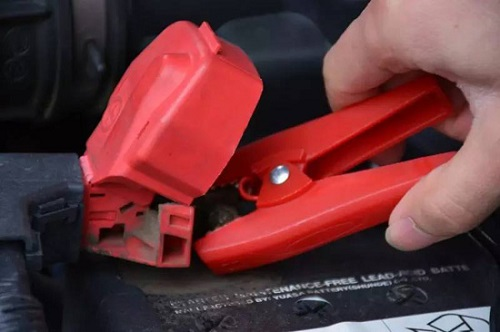 取下汽车应急启动电源夹子